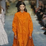 Modelo luciendo un vestido naranja de Carolina Herrera en la Fashion Week de Nueva York 2019