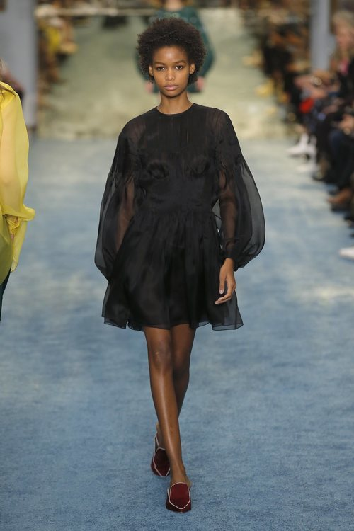 Modelo con un vestido negro de Carolina Herrera en la Fashion Week de Nueva York 2019