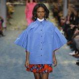 Modelo con una capa azul de Carolina Herrera en la Fashion Week de Nueva York 2019