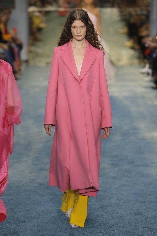 Modelo con un abrigo rosa de Carolina Herrera en la Fashion Week de Nueva York 2019