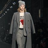 Modelo con chaquetón gris de Zadig&Voltaire en la Fashion Week de Nueva York 2019