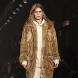 Modelo luciendo abrigo de pelo tostado de Zadig&Voltaire en la Fashion Week de Nueva York 2019