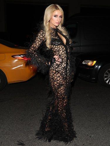 Paris Hilton con un vestido negro de rejilla