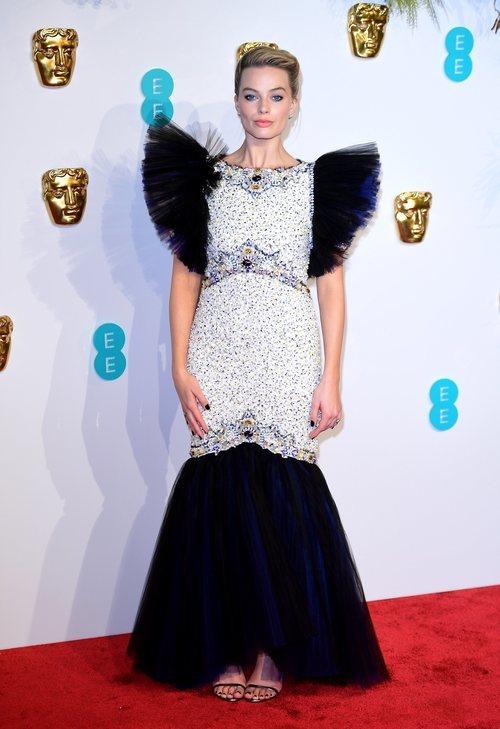 Margot Robbie con vestido blanco y azul marino en los BAFTA 2019
