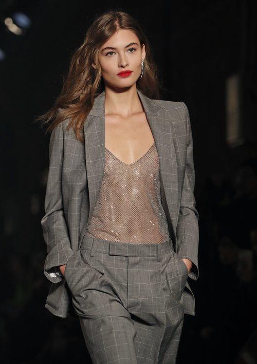 Modelo con traje de chaqueta gris de Zadig&Voltaire en la Fashion Week de Nueva York 2019