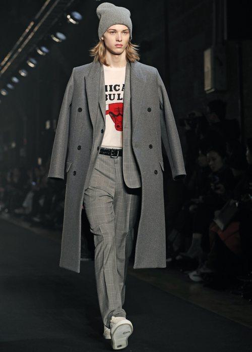 Modelo luciendo chaquetón oversize de Zadig&Voltaire en la Fashion Week de Nueva York 2019