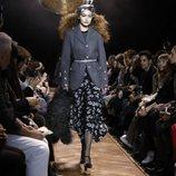 Gigi Hadid con una falda midi de vuelo de Michael Kors en la New York Fashion Week 2019