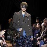 Falda midi de vuelo y botas altas negras de Michael Kors en la New York Fashion Week 2019