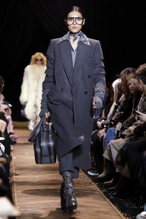 Gabardina negra y gris de Michael Kors en la New York Fashion Week 2019
