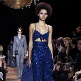 Vestido azul asimétrico de Michael Kors en la New York Fashion Week 2019