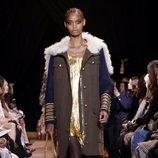 Vestido corto dorado de Michael Kors en la New York Fashion Week 2019