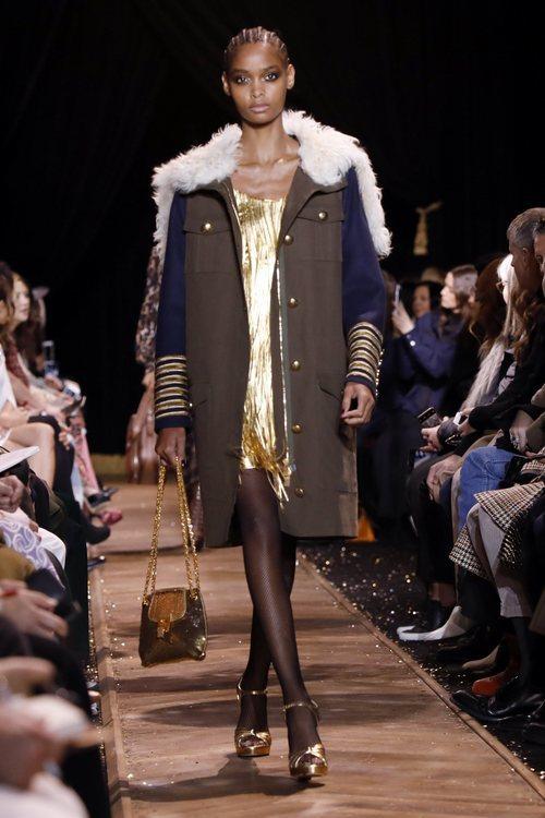 Vestido corto dorado de Michael Kors en la New York Fashion Week 2019