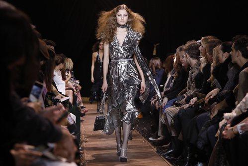 Vestido asimétrico plateado de Michael Kors en la New York Fashion Week 2019