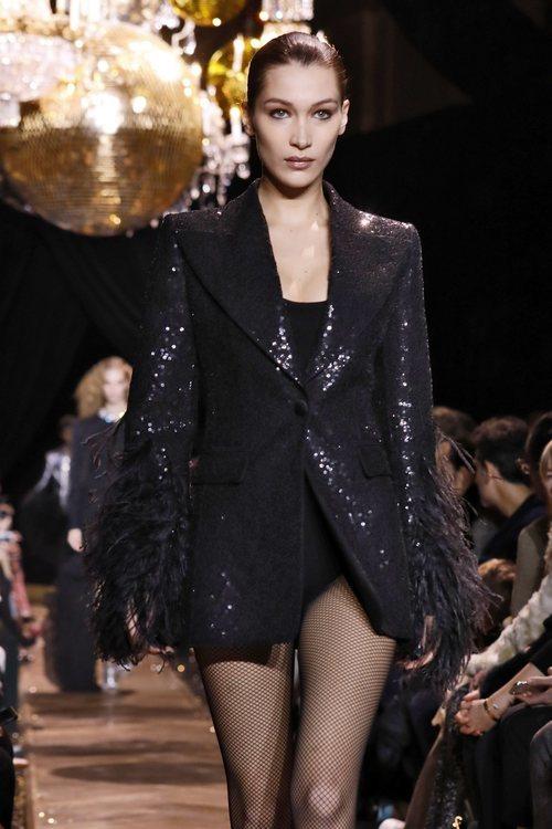 Bella Hadid con una blazer negra de plumas y lentejuelas de Michael Kors en la New York Fashion Week 2019