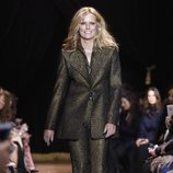 Patti Hansen con un traje de chaqueta dorado de Michael Kors en la New York Fashion Week 2019