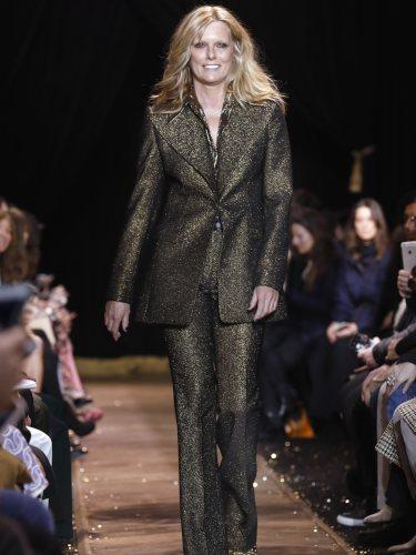 Patti Hansen con un traje de chaqueta dorado de Michael Kors en la New York Fashion Week 2019