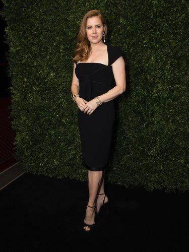 Amy Adams con un vestido negro midi