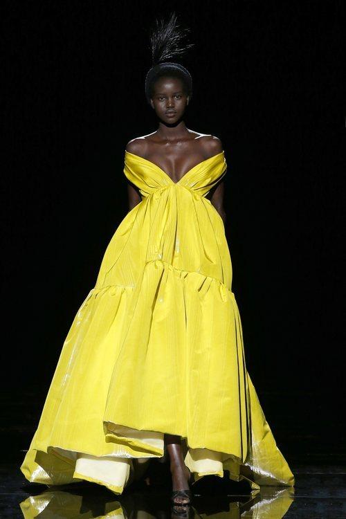 Modelo con un vestido de la temporada de otoño 2019 de Marc Jacobs en la Semana de la Moda de Nueva York 2019