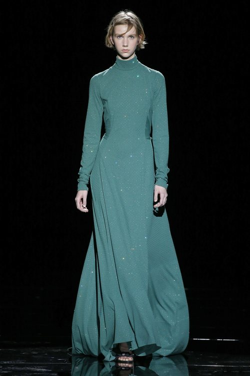 Modelo con un vestido verde agua de la temporada de otoño 2019 de Marc Jacobs en la Semana de la Moda de Nueva York 2019