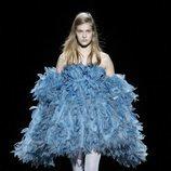 Modelo con un vestido de plumas de la temporada de otoño 2019 de Marc Jacobs en la Semana de la Moda de Nueva York 2019