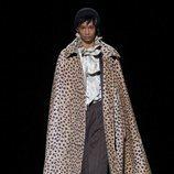 Modelo con un abrigo de la temporada de otoño 2019 de Marc Jacobs en la Semana de la Moda de Nueva York