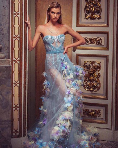 Vestido largo de flores azul de la colección primavera/verano 2019 de 'Atelier Versace'