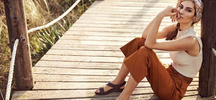 Ariadne Artiles con sandalias marrones de la colección SS19 de Pikolinos