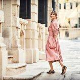 Ariadne Artiles con zapatos negros calados de la colección SS19 de Pikolinos