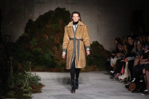 Abrigo de piel de la colección otoño/invierno 2019 de Alexa Chung