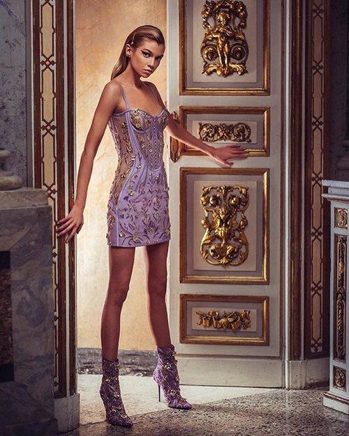 Vestido corto color malva de la colección primavera/verano 2019 de 'Atelier Versace'