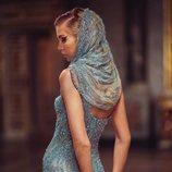Vestido con pañuelo azul de lentejuelasde la colección primavera/verano 2019 de 'Atelier Versace'