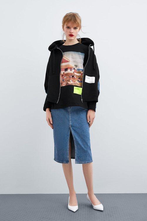 Camiseta negra estampada de Thani Mara para la colección 'Women in Art' de Zara TRF 2019