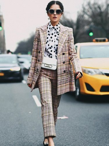 Modelo luciendo un traje de Carolina Herrera 2019