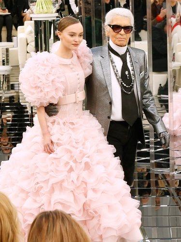 Karl Lagerfeld y Lily Rose Deep vestida de Chanel