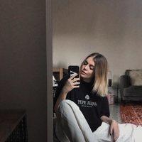 La influencer Gigi Vives con un total look de Pepe Jeans
