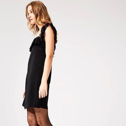 Modelo luciendo un vestido negro de la colección de Dolores Promesas colección primavera 2019