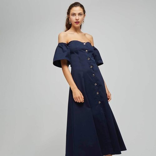 Modelo con un vestido azul marino de la colección de Dolores Promesas colección primavera 2019