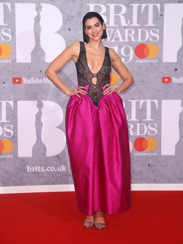 Dua Lipa en los Brit Awards con un body de encaje y una falda pomposa