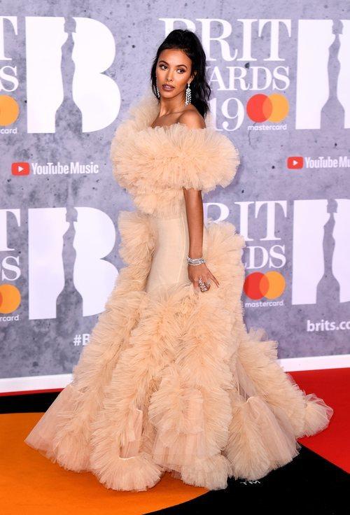 Maya Jama con un vestido pomposo en los Brit Awards 2019