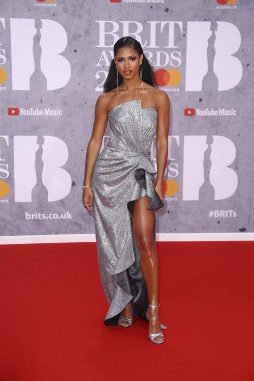 Victoria Hope de plateado en la alfombra roja de los Brit Awards 2019