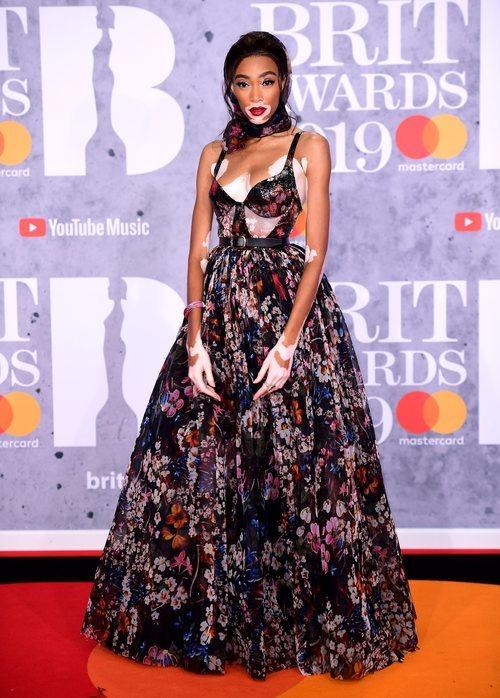 Winnie Harlow en la alfombra roja de los Premios Brit 2019 con un vestido de flores