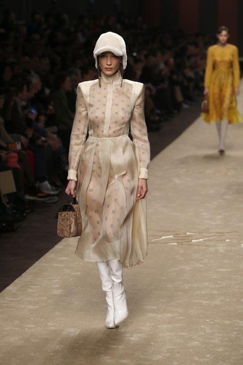 Bella Hadid con un vestido superpuesto a un body en el desfile otoño/invierno 2019/2020 de Fendi