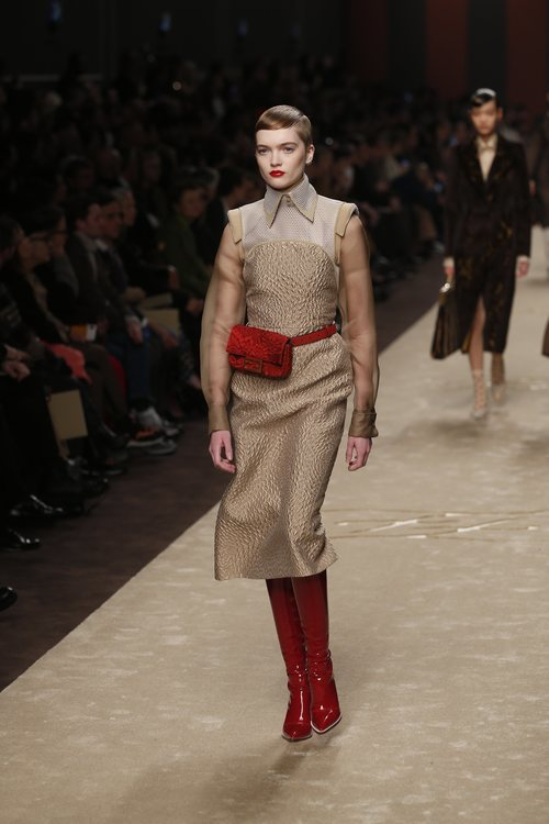 Modelo con un vestido en tonos marrones y complementos rojos en el desfile otoño/invierno 2019/2020 de Fendi