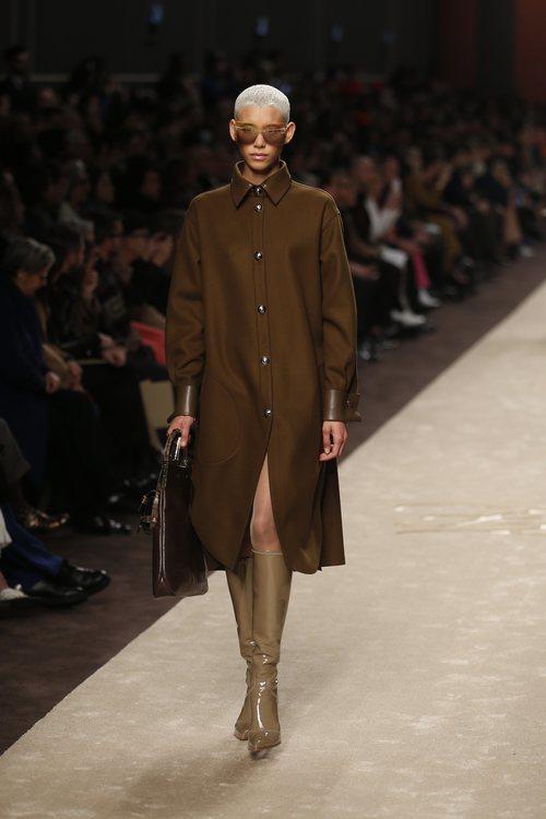 Modelo con un abrigo tres cuartos marrón en el desfile otoño/invierno 2019/2020 de Fendi