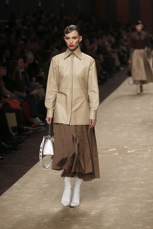 Modelo con un abrigo sobre una falda midi en el desfile otoño/invierno 2019/2020 de Fendi