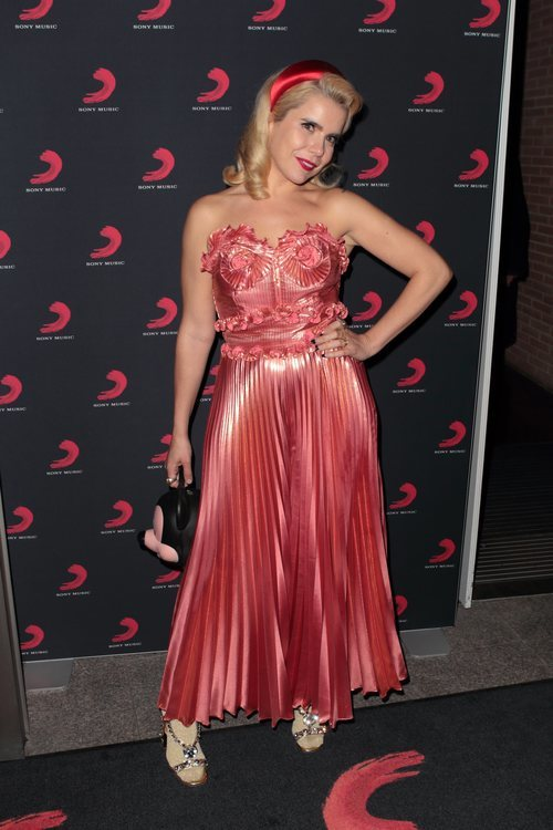 Paloma Faith en el afterparty de Sony Music Brits 2019 con vestido satinado rosa