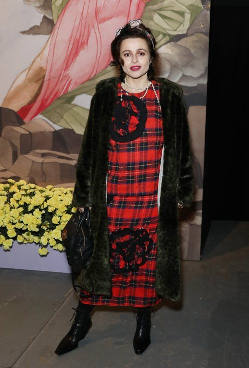 Helena Bonham Carter acudiendo a la London Fashion Week 2019 con conjunto escocés