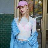 Modelo con un conjunto tejano de la colección primavera/verano 2019 de Primark