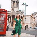 Modelo con un vestido verde de la colección primavera/verano 2019 de Primark