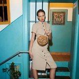 Modelo con un vestido beige de la colección primavera/verano 2019 de Primark